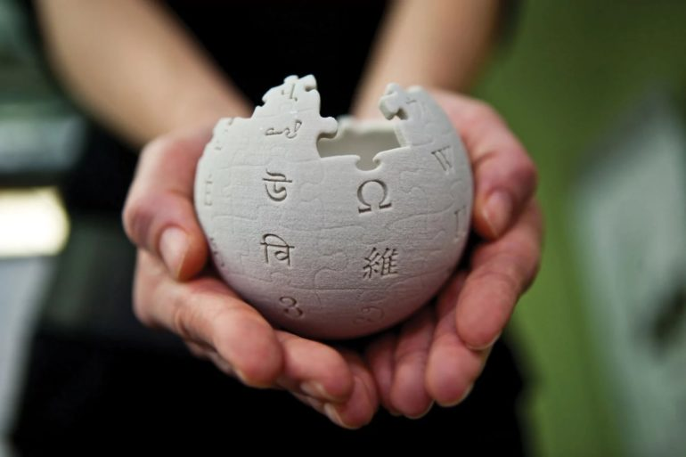 Wikipedia could force Apple to pay for the information it uses